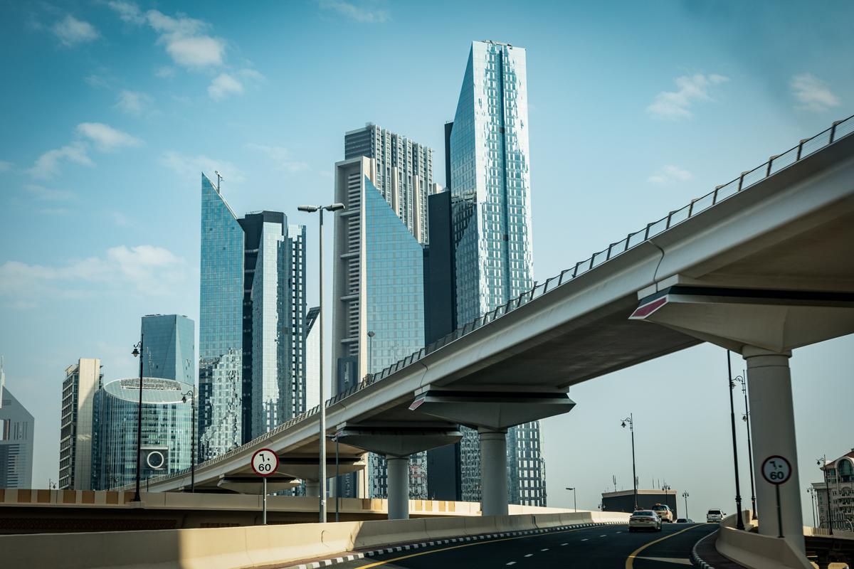 lange brug over andere wegen die naar gebouwen gaat.