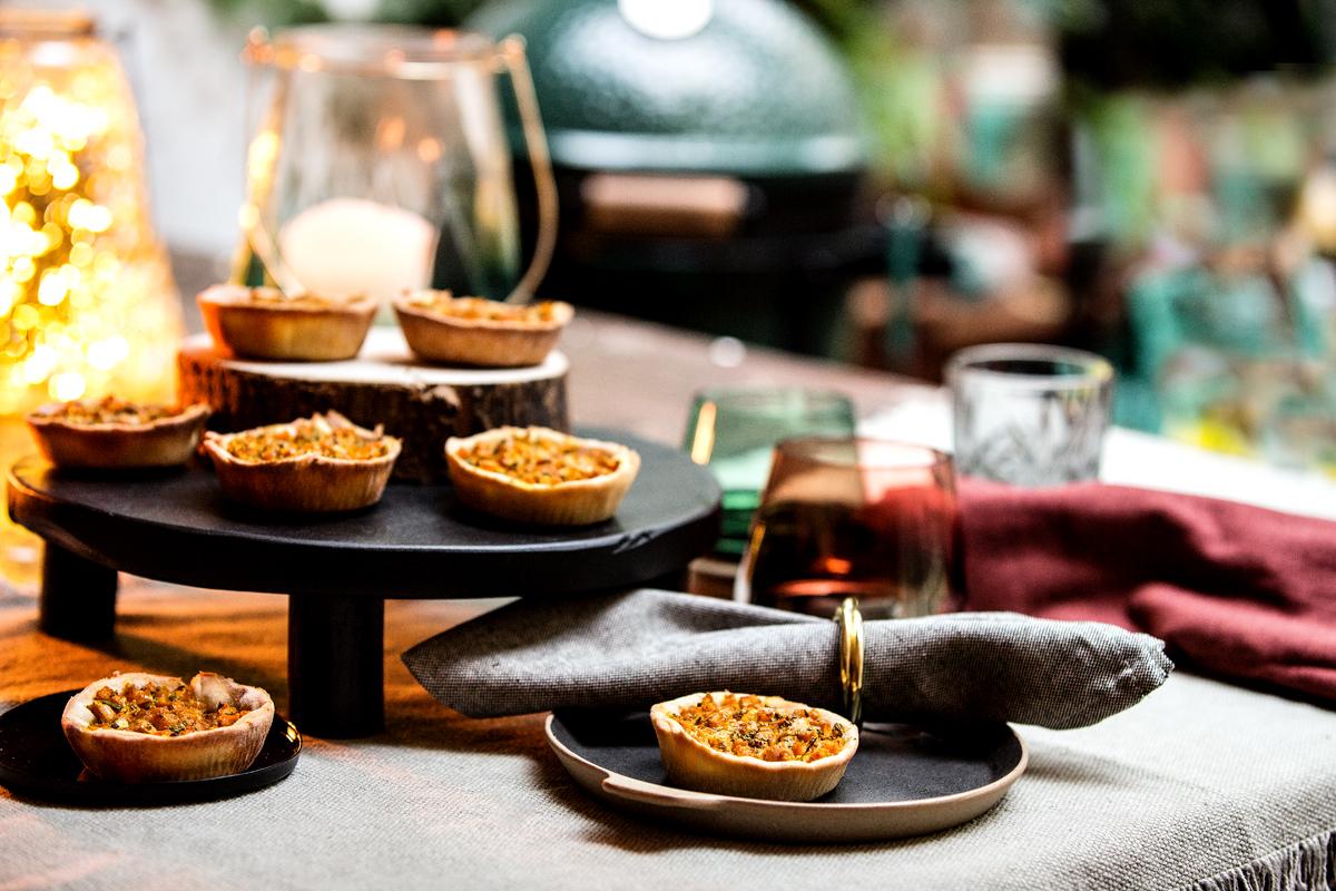 Cakejes bladerdeeg op de tafel in de tuin