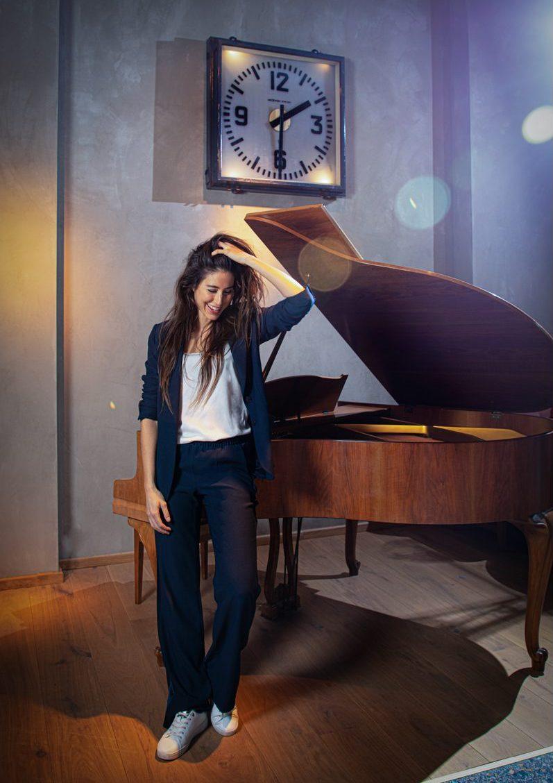 Vrouw voor piano en klok