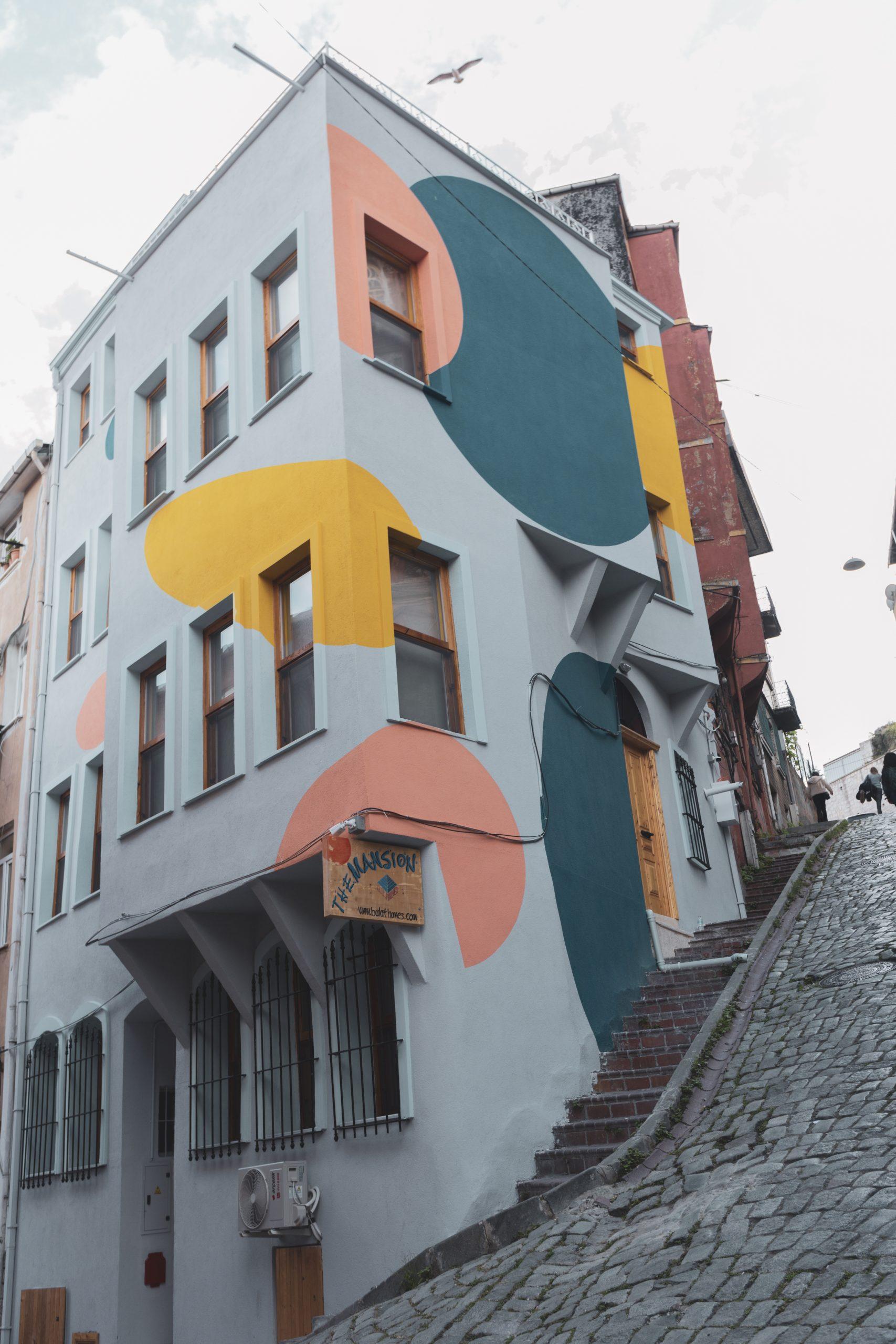 gebouw-stippen-kleuren-trap-omhoog
