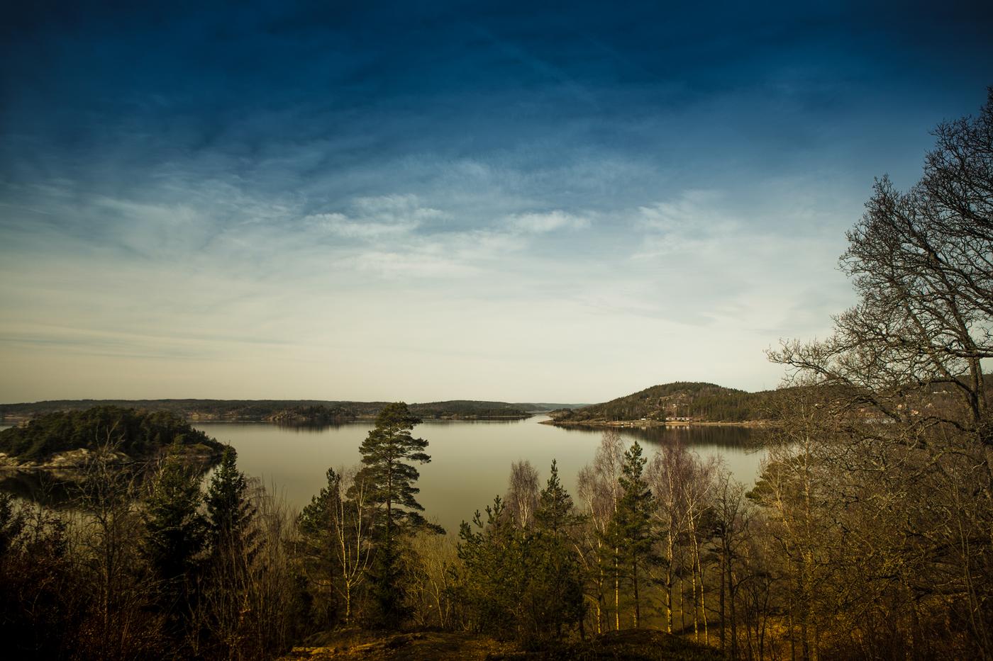 blauwe lucht met water en bergen en bos