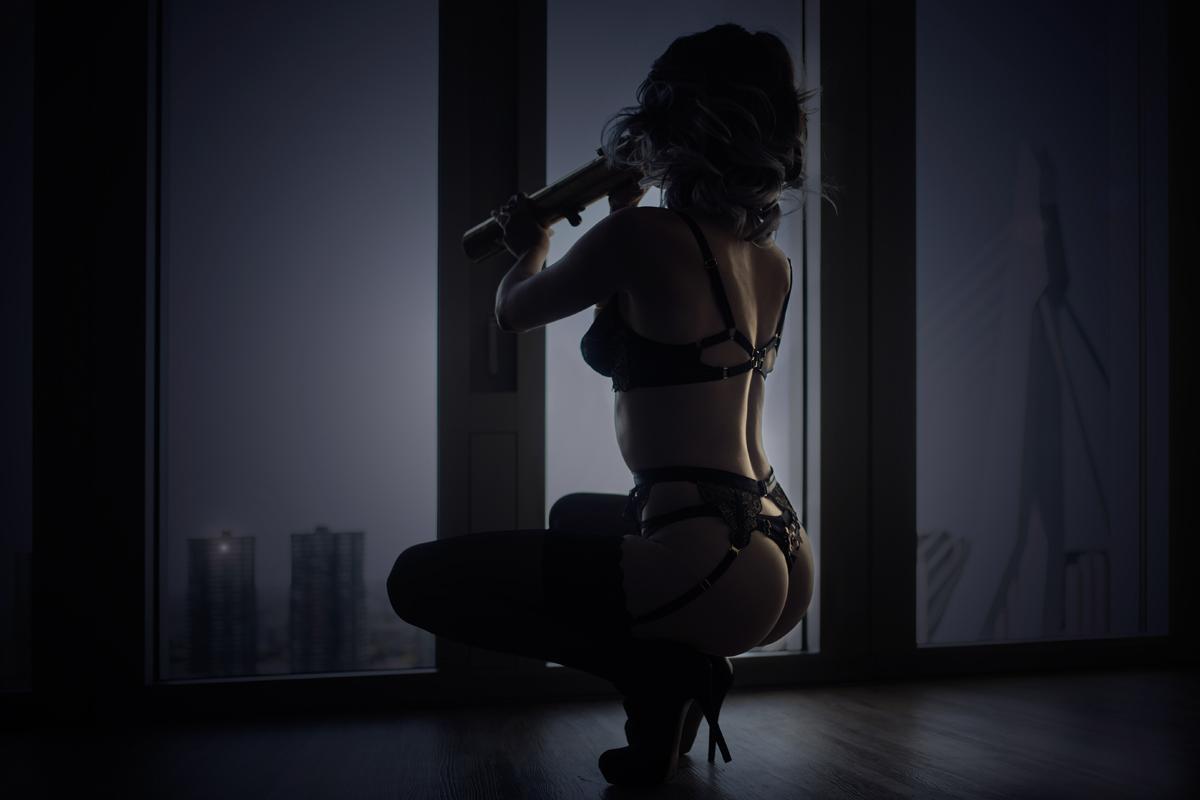 sexy vrouw die met een verrekijker naar het uitzicht kijkt
