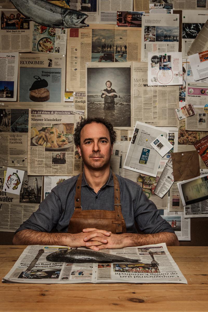 Kok met kranten en vis
