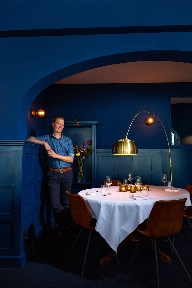 man-blauw-tafel-lamp-sfeer